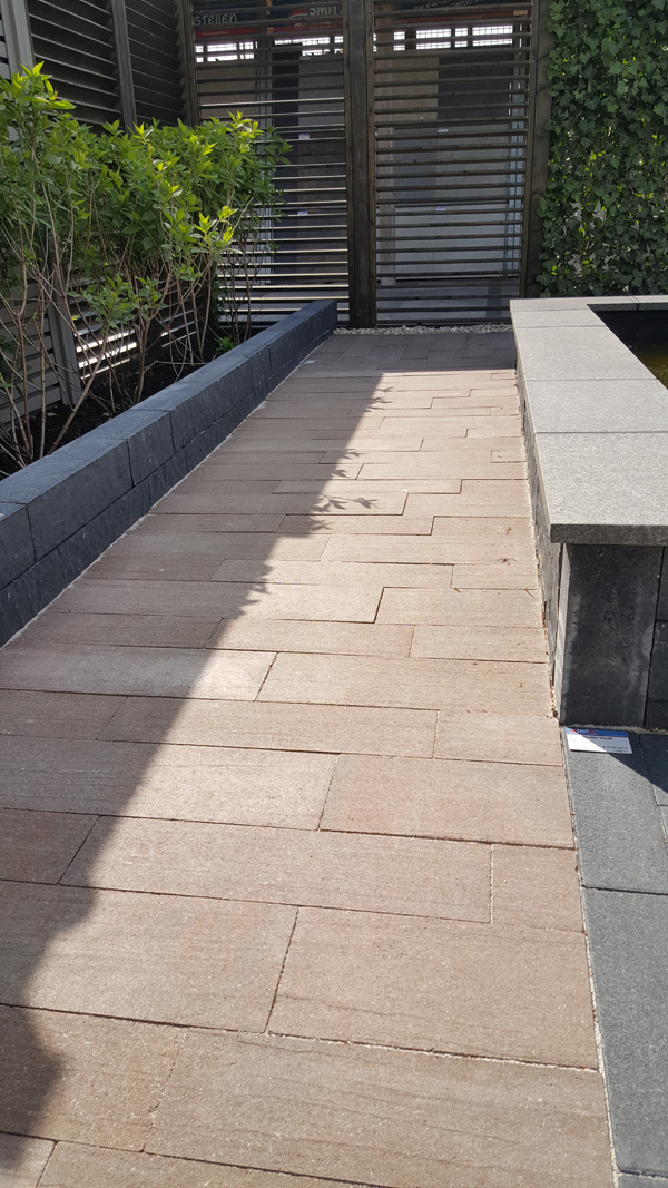 Pad van bruine tegels in banenverband twan 39 s landschaps for Bruine tegels